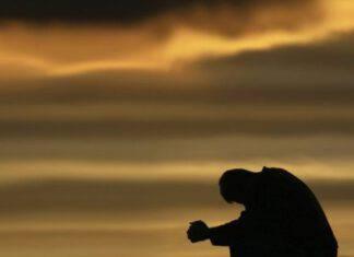 uomo preghiera tramonto fede