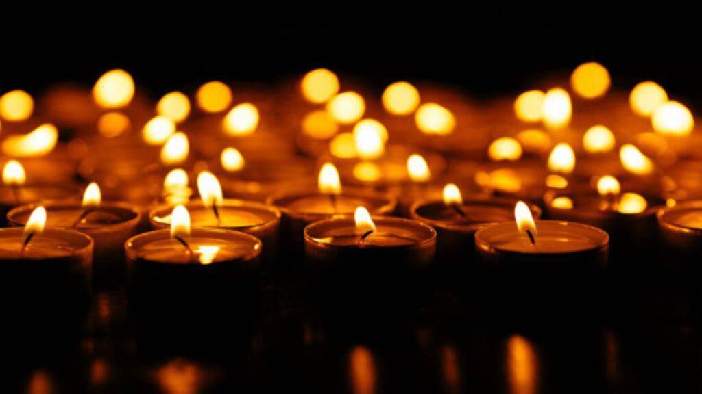 candele accese luce nelle tenebre