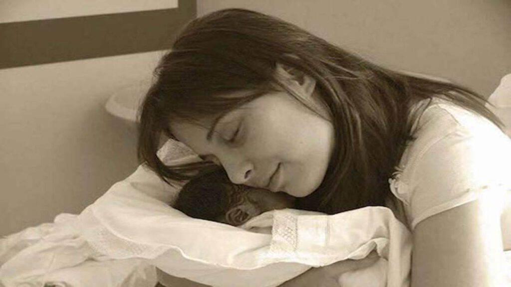 Chiara abbraccia suo figlio appena nato