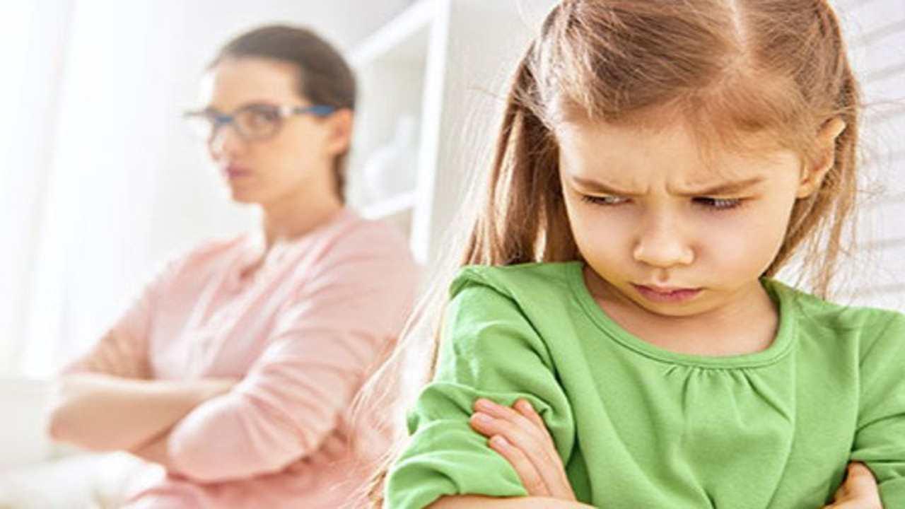 una mamma rimprovera la sua bambina