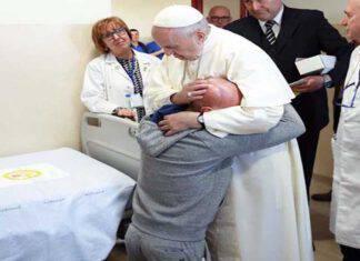 Papa Francesco abbraccia commosso un malato