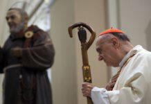 Cardinale Comastri prega Padre Pio