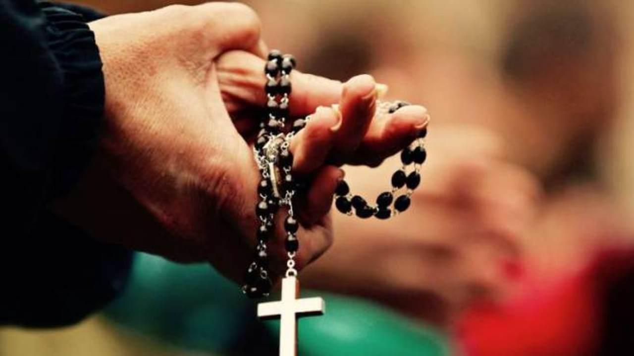 Nella settimana che va dal 18 al 25 gennaio tutta la Chiesa rivolge particolari preghiere al Signore perchè si realizzi pienamente l'unità di tutti i cristiani. Padre santo, tu che chiami tutti gli uomini all'unità di una sola famiglia, perdona i nostri atti di divisione e accordaci di realizzare la nostra vocazione. Signore Gesù, tu che sei morto per ricondurre all'unità i figli di Dio dispersi, fa' che sentiamo lo scandalo delle nostre separazioni e aspiriamo alla comunione fraterna. Spirito Santo, tu che guidi la Chiesa a tutta l averità e susciti l'amore, fa' che cerchiamo la verità che non abbiamo ancora saputo vedere e amiamo con carità sincera i nostri fratelli. O Dio, Padre, Figlio e Spirito Santo, che hai radunato le nazioni nel tuo popolo mediante il battesimo, fa' che progrediscano nell'unità, perchè possano un giorno partecipare insieme allo stesso pane di vita. Invocazioni per l'unità dei cristiani O Dio, per la tua maggior gloria, raduna i cristiani dispersi. Perchè il mondo creda in te, raduna i cristiani dispersi. Perchè trionfi il bene e la verità, raduna i cristiani dispersi. Perchè vi sia un solo gregge sotto la guida di un solo pastore, raduna i cristiani dispersi. Perchè sia confuso l'orgoglio di satana, raduna i cristiani dispersi. Perchè regni infine la pace nel mondo, raduna i cristiani dispersi. PREGHIAMO Padre santo, che per mezzo del Figlio tuo hai voluto riunire tutti i popoli nell'unità di una sola famiglia, concedi che tutti coloro che si gloriano del nome cristiano sappiano superare ogni divisione e divengano una cosa sola nella verità e nella carità. Fa' che tutti gli uomini siano presto illuminati dalla luce della vera fede e si incontrino in comunione fraterna nell'unica Chiesa. Per Cristo nostro Signore. Amen.