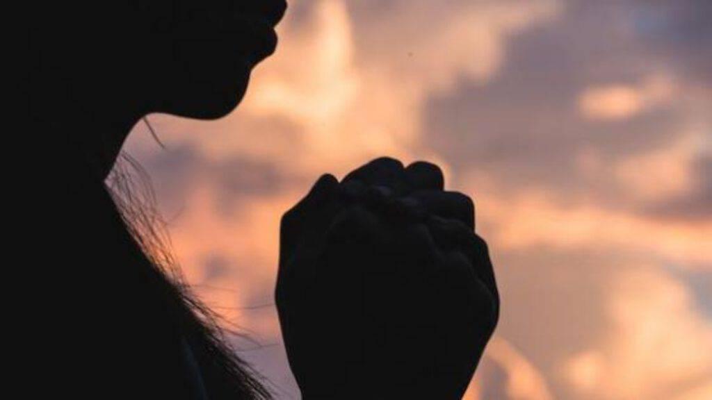 mani preghiera ragazza tramonto