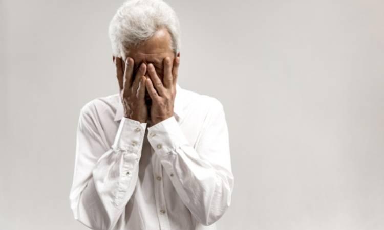uomo che piange