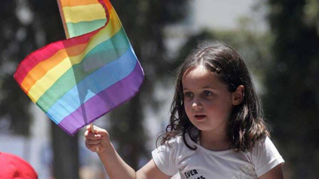 bambino bandiera lgbt