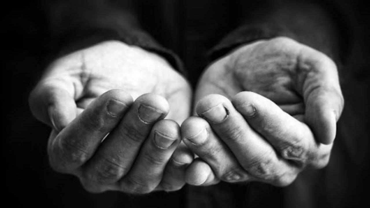 Povertà mani preghiera