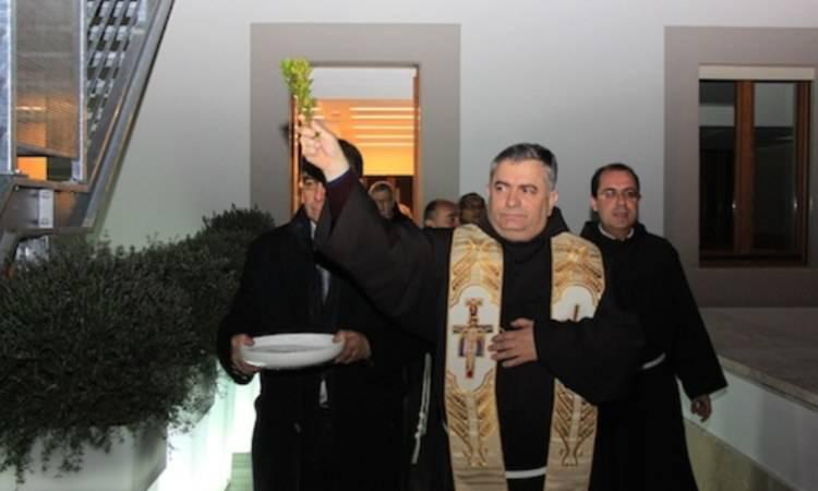 sacerdote che benedice