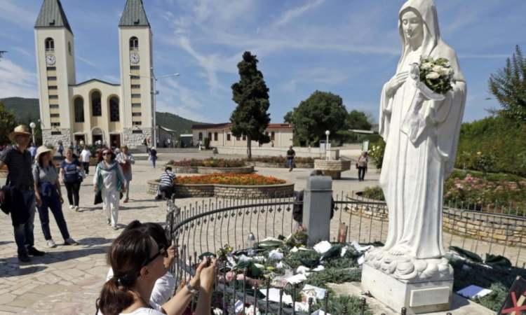 donna in preghiera a medjugorje
