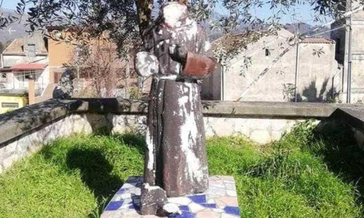 statua di padre pio distrutta