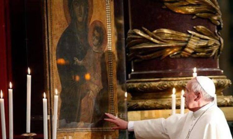 papa francesco davanti maria salus populi romani