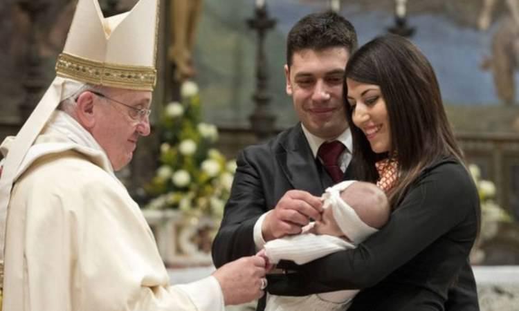 papa francesco con una famiglia