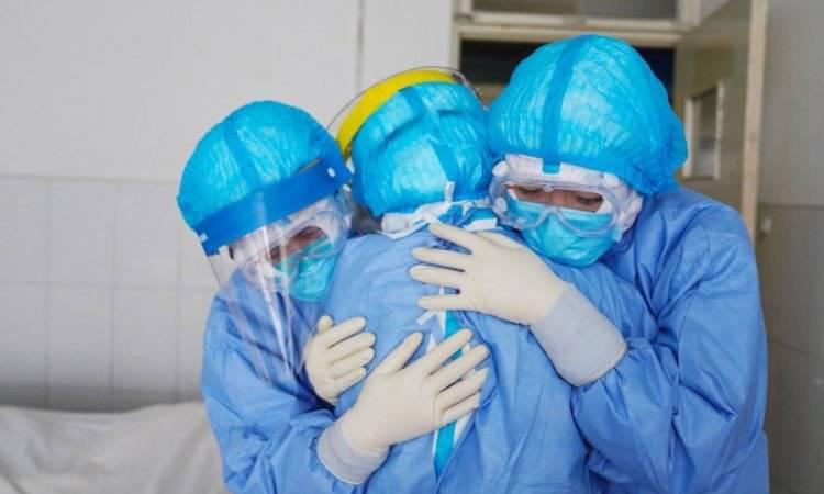medici covid che si abbracciano