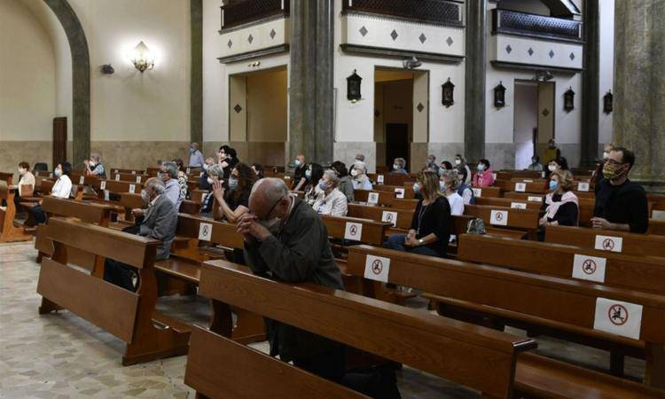 fedeli in chiesa al tempo del covid