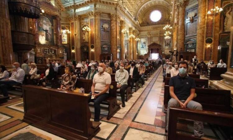 chiesa con fedeli