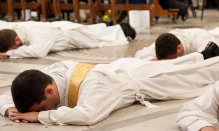 sacerdoti che stanno per esser ordinati