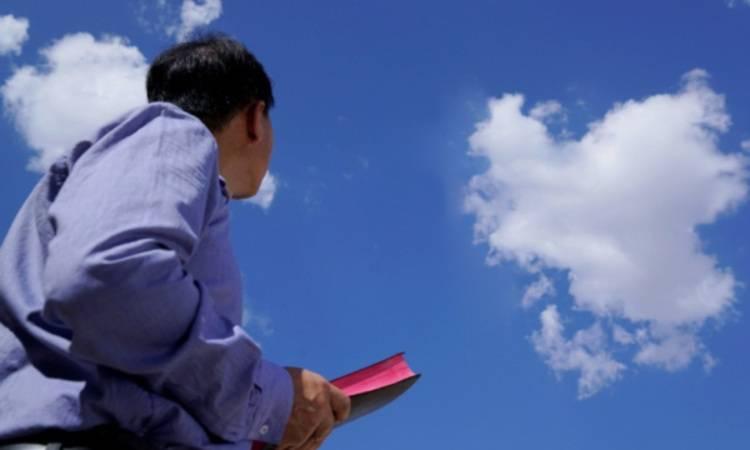 giovane che guarda in cielo