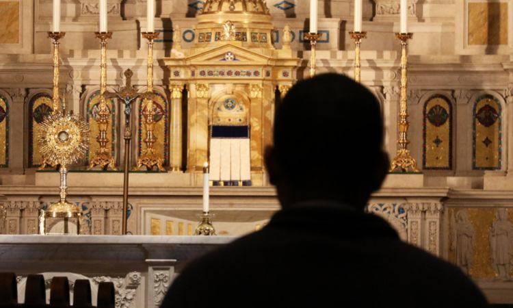 pregare davanti al tabernacolo