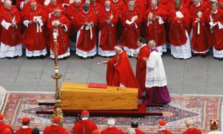 il cardinale ratzinger benedice la bara di giovanni paolo II
