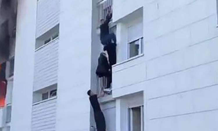 giovani che si arrampicano sulla facciata del palazzo