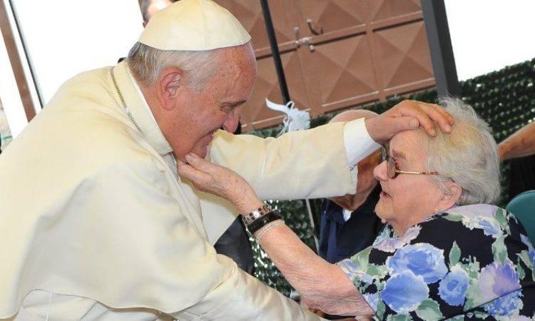 papa francesco e un'anziana
