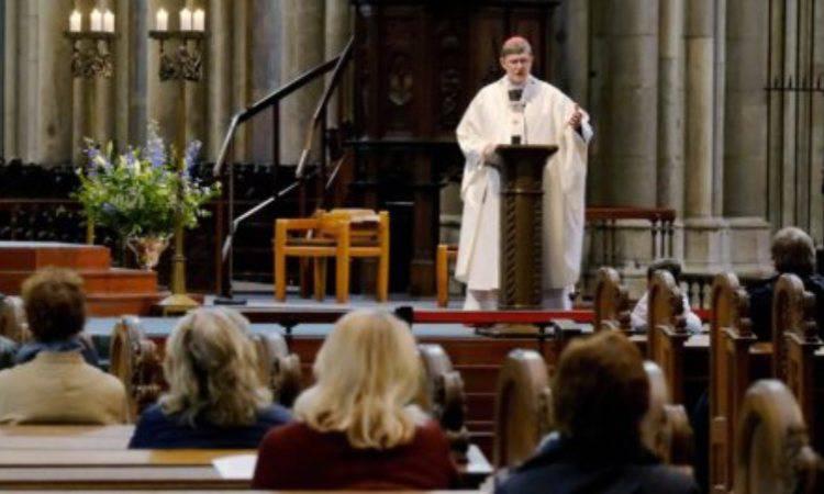 sacerdote che celebra messa