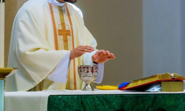 sacerdote al momento della consacrazione
