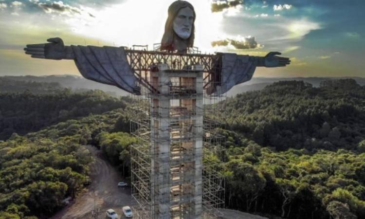statua cristo in costruzione