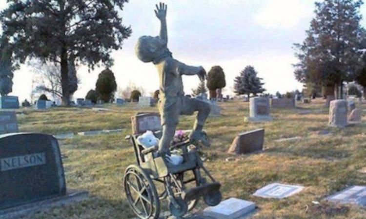 la statua sulla tomba del piccolo Matthew