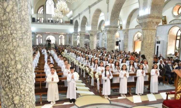 Bambini che ricevono la Comunione in Iraq