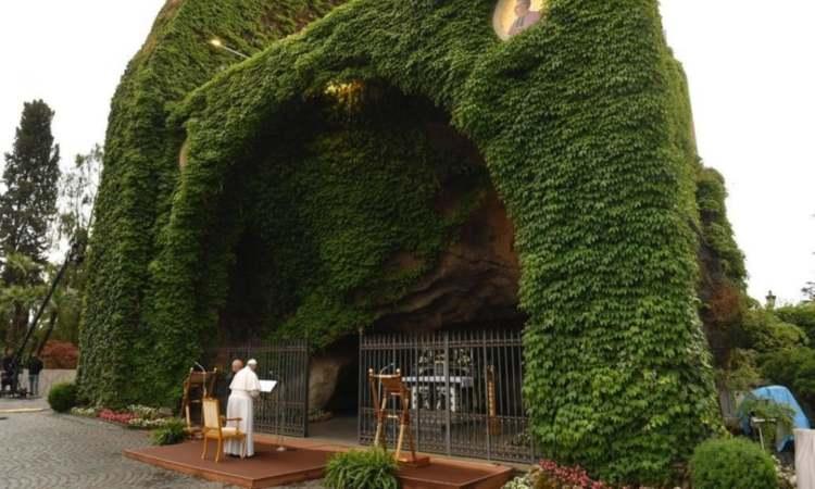 papa francesco nei giardini vaticani