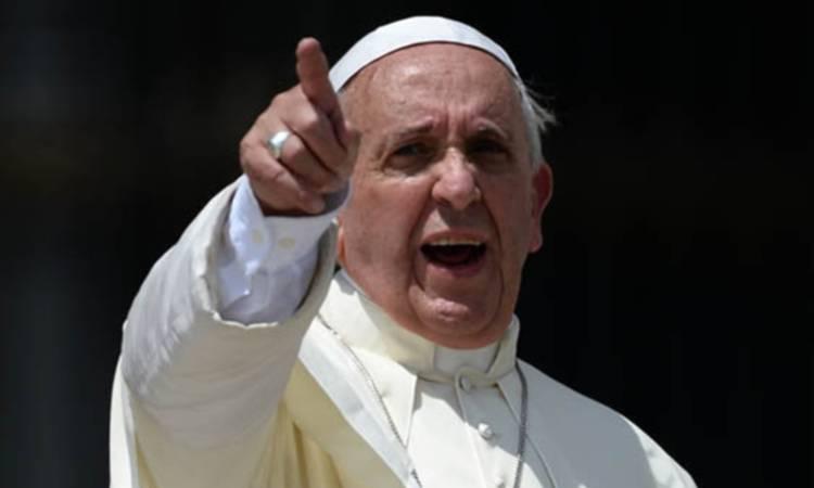 papa francesco punta il dito