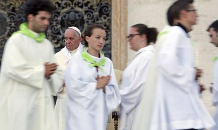 papa francesco e i ministranti
