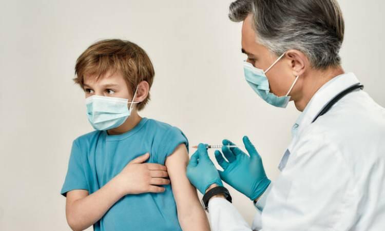 medico che vaccina un bambino