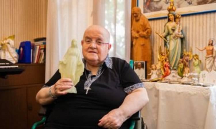 Paola e la statua della Madonnina