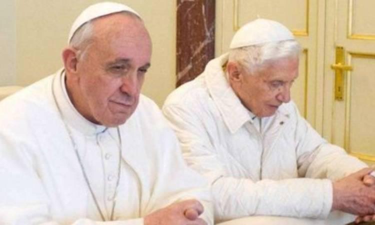 papa francesco e papa benedetto che pregano insieme