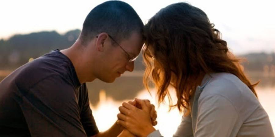 coppia che prega