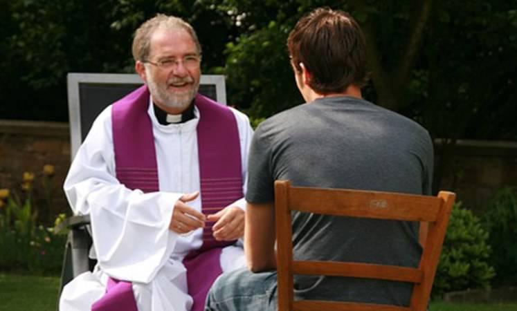 sacerdote che confessa