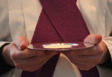 Comunione eucaristia consacrazione patena