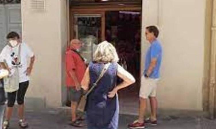 Mancini in fila dal salumiere