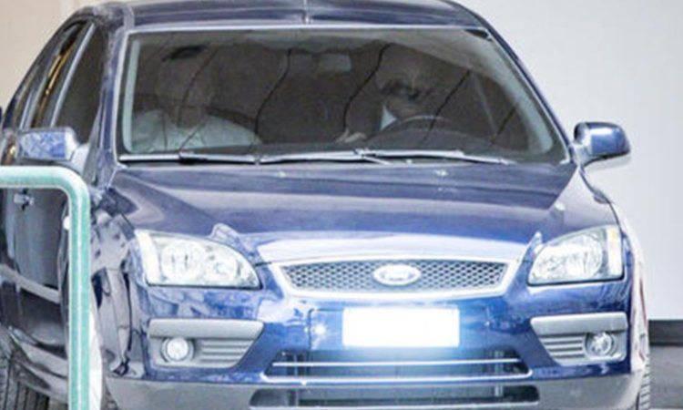 L''auto con Papa Francesco che esce dall'ospedale