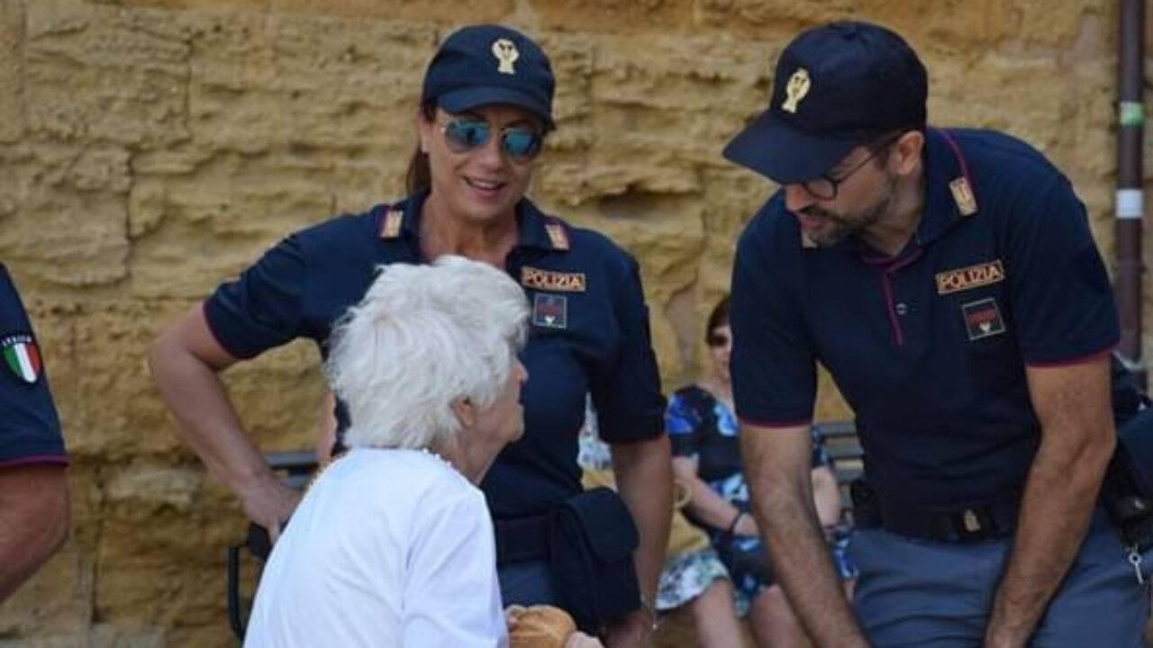 Anziana con i poliziotti