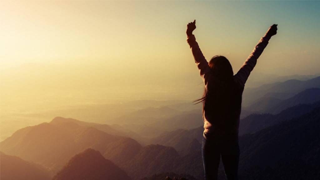 Donna con braccia al cielo