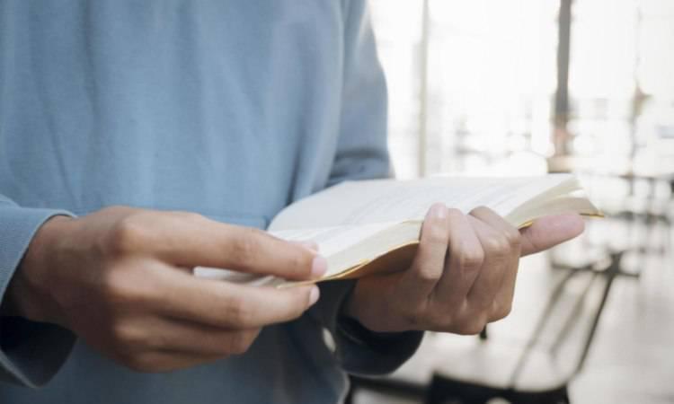 ragazzo legge un libro