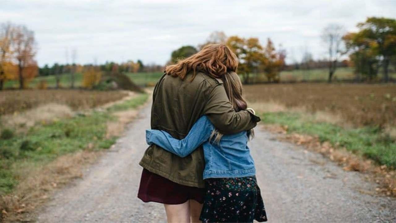 madre e figlia che si abbracciano