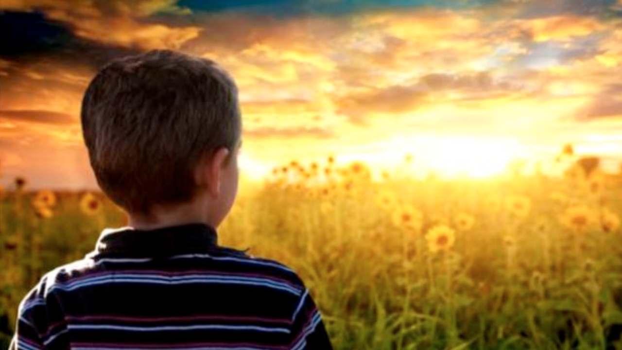 Bambino che guarda al cielo
