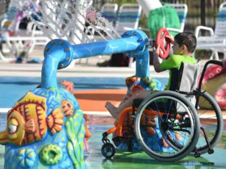 ragazzino disabile al parco tematico