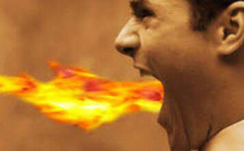 uomo fuoco dalla bocca