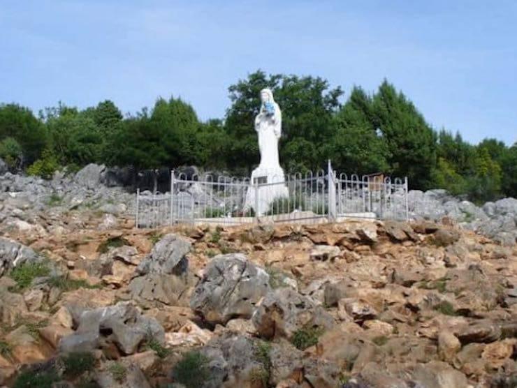 La statua della Madonna sulla Collina delle apparizioni a Medjugorje