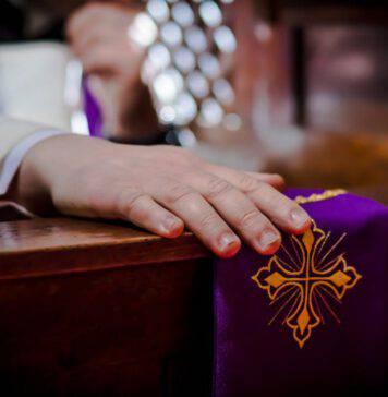 confessionale prete confessione sacerdote